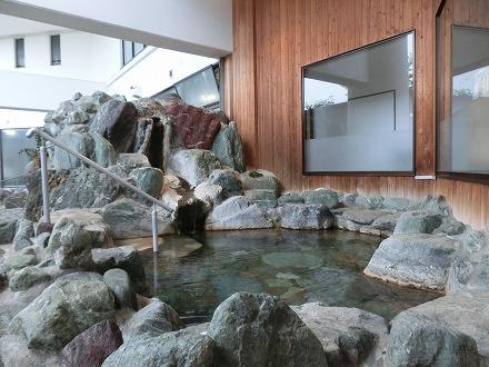 熱川温泉「ホテルカターラリゾート&スパ」の男女別露天風呂は岩が座るのにちょうどよい高さで配置されています