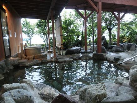 熱川温泉「ホテルカターラリゾート&スパ」の男女別露天風呂は屋根付きですが開放感もGOOD