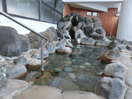 熱川温泉「ホテルカターラリゾート&スパ」の男女別露天風呂は上下2段に湯船があります