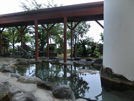 熱川温泉「ホテルカターラリゾート&スパ」の男女別露天風呂からは木々が見えます