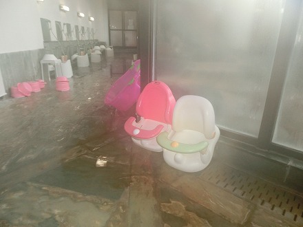 熱川温泉「ホテルカターラリゾート&スパ」の男女別内湯の洗い場はあらゆる年代に考慮した備品があります