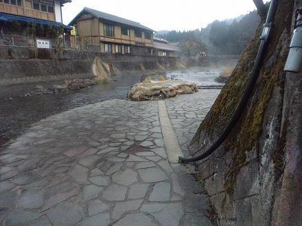 長湯温泉 ガニ湯へのアクセスは橋の下から川へ出るとすぐです