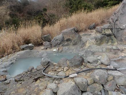 鍋山の湯はひっそりと湧いています