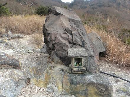 鍋山の湯には大岩と社があります