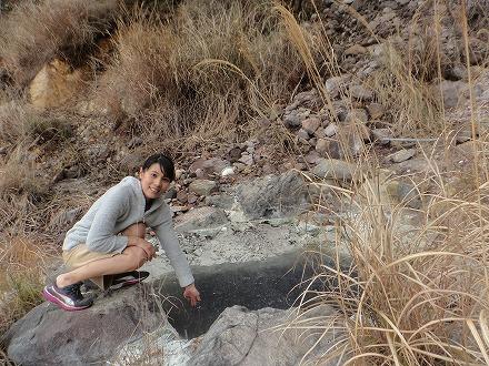 明礬温泉の野湯 泥湯は激熱です