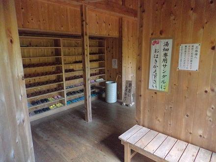 山中温泉「花つばき」の露天風呂 湯畑へは専用のサンダルを履いていきます