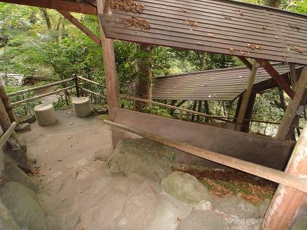 山中温泉「花つばき」の混浴露天風呂 湯畑までは少し距離があります