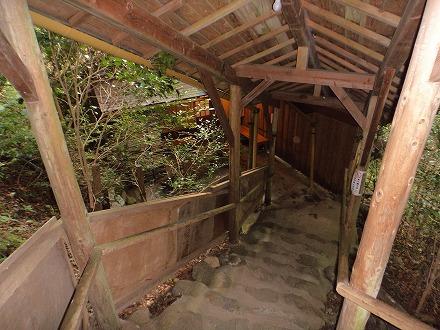 山中温泉「花つばき」の混浴露天風呂 湯畑へは屋外の階段を下りて行きます
