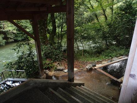 山中温泉「花つばき」の混浴露天風呂 湯畑手前には女性専用露天風呂があります