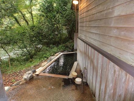 山中温泉「花つばき」の混浴露天風呂 湯畑手前にある女性専用露天風呂