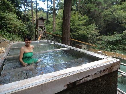 山中温泉「花つばき」の混浴露天風呂 湯畑の上段にある湯船
