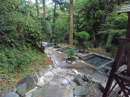 山中温泉「花つばき」の混浴露天風呂 湯畑は川沿いにあります