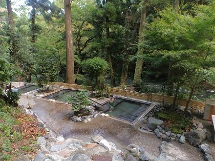 山中温泉「花つばき」の混浴露天風呂 湯畑は湯船が並んでいます