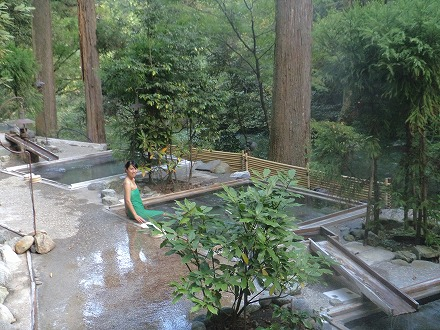 山中温泉「花つばき」の混浴露天風呂 湯畑は大自然にあふれています