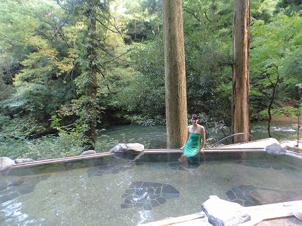山中温泉「花つばき」の混浴露天風呂 湯畑は緑溢れる景色